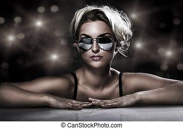 lunettes soleil port, jeune, studio, élégant, blond, coup