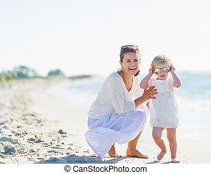 lunettes soleil port, mère, bébé, sourire, plage