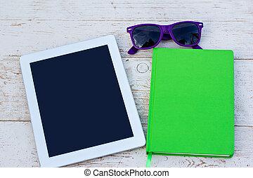 lunettes soleil, téléphone portable, cahier, table, bois