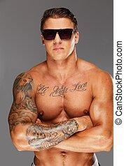 lunettes soleil, torse, musculaire, beau, tatoué, homme