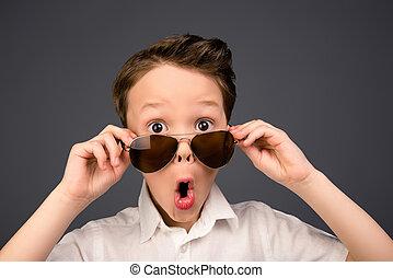 lunettes, surpris, ouvert, gosse, peu, portrait, bouche