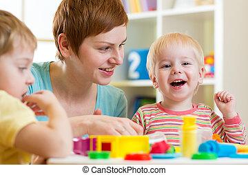 lurar, eller, barn, och, mor spela, färgrik, lera, leksak