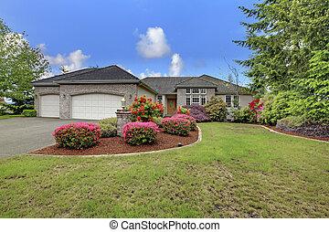 lusso, esterno casa, con, mattone, rifilare, tetto tegola, e, francese, windows.
