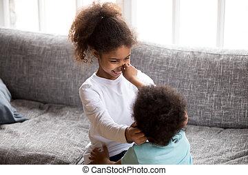 lustiges, afrikanische amerikanische kinder, spielen zusammen, innen