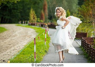 lustiges, braut, rennender , aussehen, pfad, stilvoll, entlang