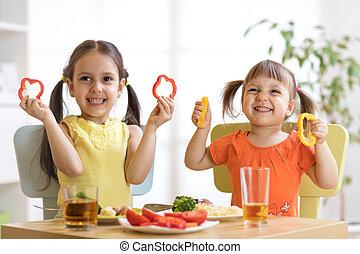 Kindergarten, lustiges, essende, kinder. Kinder, essen ...