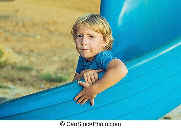 lustiges, kleinkind, junge, spaß haben, auf, rutsche, auf, spielplatz