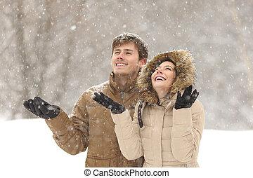 lustiges, paar, winter, schnee, aufpassen