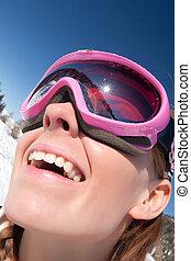 lustiges, porträt mädchens, skier