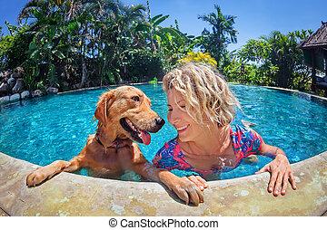 lustiges, porträt, von, smiley, frau, mit, hund, in, schwimmbad
