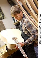 luthier, chitarra, officina, fatto mano, ispezionando