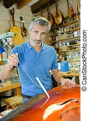 luthier, műhely, felújít, cselló