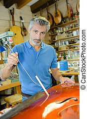luthier, officina, restaurare, violoncello