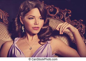 luxe, mode, modieus, vrouw, in, de, rijk, interior., mooi, meisje, met, een, modieus, hairstyle, en, makeup, chic