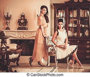 luxo, casa, mulheres, jovem, dois, interior