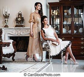luxo, casa, mulheres, jovem, lareira, dois, interior
