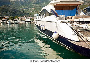 luxueux, blanc, yacht, amarré, mer, baie