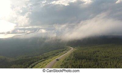 luxuriant, route, nuages, au-dessus, montagnes, forêt, vue scénique, entouré, beau