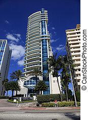 Luxurious apartment building in Miami, Florida. - MIAMI -...
