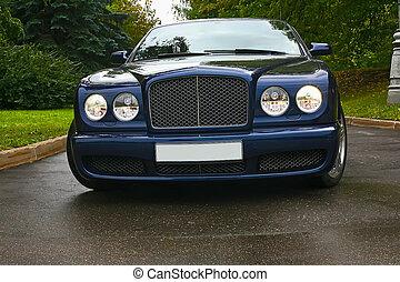 luxury autó, képben látható, út