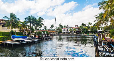 Luxury houses with private jetty in Fort Lauderdale
