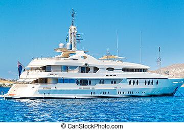 Luxury Yacht, Cruzing in Ocean