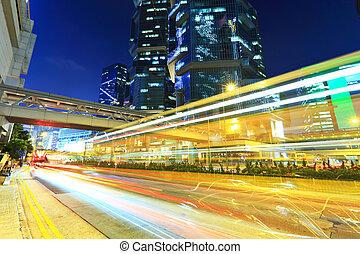 luz de automóvil, senderos, en, moderno, ciudad