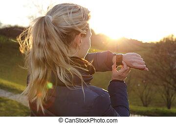 luz, mujer, parque, espalda, smartwatch