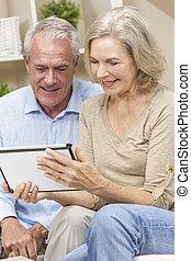lycklig, äldre bemanna, &, kvinna, par, användande, kompress, dator