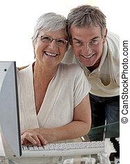 lycklig, äldre koppla, användande, a, dator