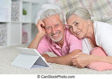 lycklig, äldre koppla, användande, kompress