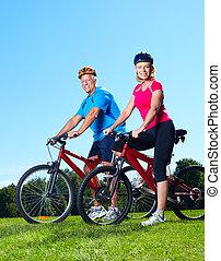 lycklig, äldre koppla, cyclist.
