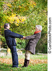 lycklig, äldre koppla, gårdsbruksenheten räcker