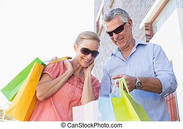 lycklig, äldre koppla, inköp, i staden