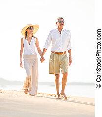 lycklig, äldre koppla, på, den, strand., avgång, lyxvara, tropisk, tillflykt