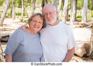 lycklig, äldre koppla, stående, utomhus