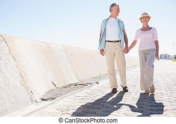lycklig, äldre koppla, vandrande, på, den, pir