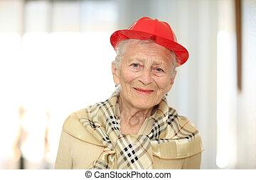 lycklig, äldre kvinna, in, röd hatt