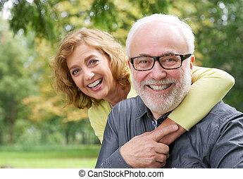 lycklig, äldre kvinna, omfamna, le, äldre herre