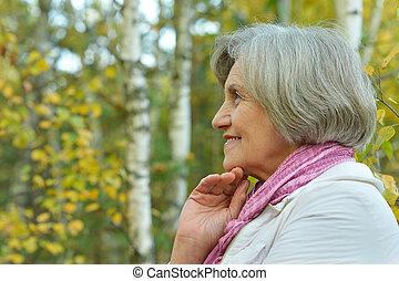 lycklig, äldre kvinna