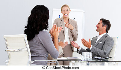 lycklig, affärsfolk, applådera, a, bra, presentation