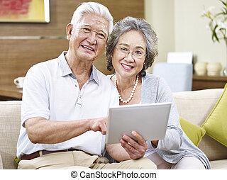 lycklig, asiat, äldre koppla, användande, kompress