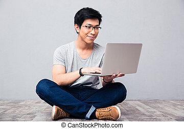 lycklig, asiat bemanna, användande laptop
