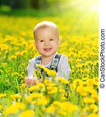 lycklig, baby flicka, på, äng, med, gul blommar, på, den,...