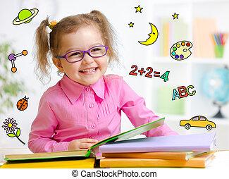 lycklig, barn, in, glasögon, läsning, book., tidig...