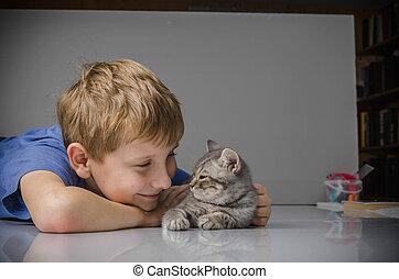 lycklig, barn, med, kattunge