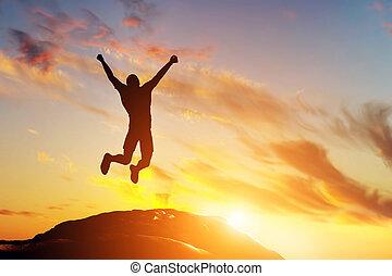 lycklig, bemanna hoppa, för, glädje, på, den, bergstopp, av, den, fjäll, hos, sunset., framgång