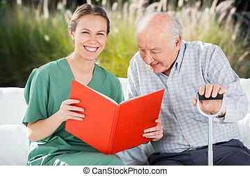 lycklig, bok, kvinnlig, stående, sköta, läsning, äldre bemanna