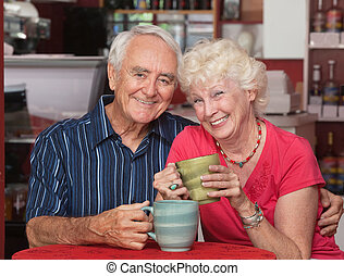 lycklig, caucasian, elderly kopplar ihop