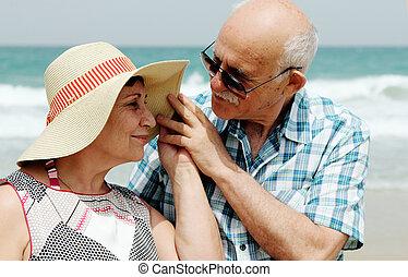 lycklig, elderly kopplar ihop, avnjut, deras, semester, nära, den, hav